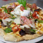 Délicieuse pizza de il padrino faite avec des produits frais. Ingrédients: tomate cerise, mozzarella di bufala.